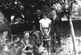 Groeneweg-Cornelis-en-Kooij-Geertruida-Familie-in-tuin-1955